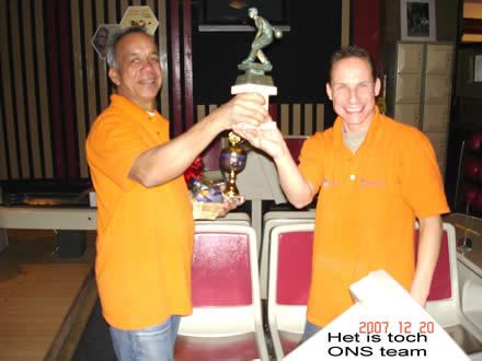http://www.bowlingverenigingheiloo.nl/fotos_verhalen/foto's/2007_1224-Kerst-Norman-Marco.jpg