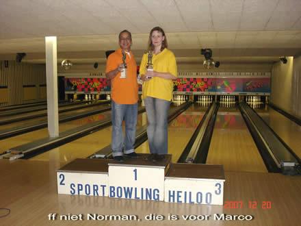 http://www.bowlingverenigingheiloo.nl/fotos_verhalen/foto's/2007_1224-Kerst-Norman-Marijke.jpg