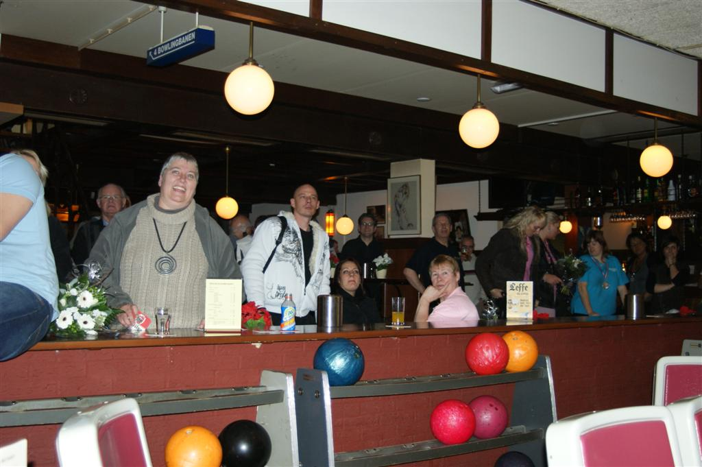 http://www.bowlingverenigingheiloo.nl/fotos_verhalen/foto's/2010_0204-Ver.kamp-Publieke-belangstelling.jpg