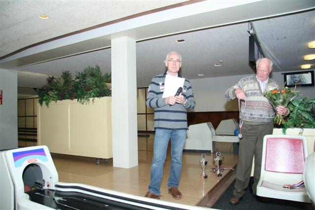 http://www.bowlingverenigingheiloo.nl/fotos_verhalen/foto's/2011_0208-AddeBoer-en-JasperHoogendijk-bij-prijsuitreiking.jpg