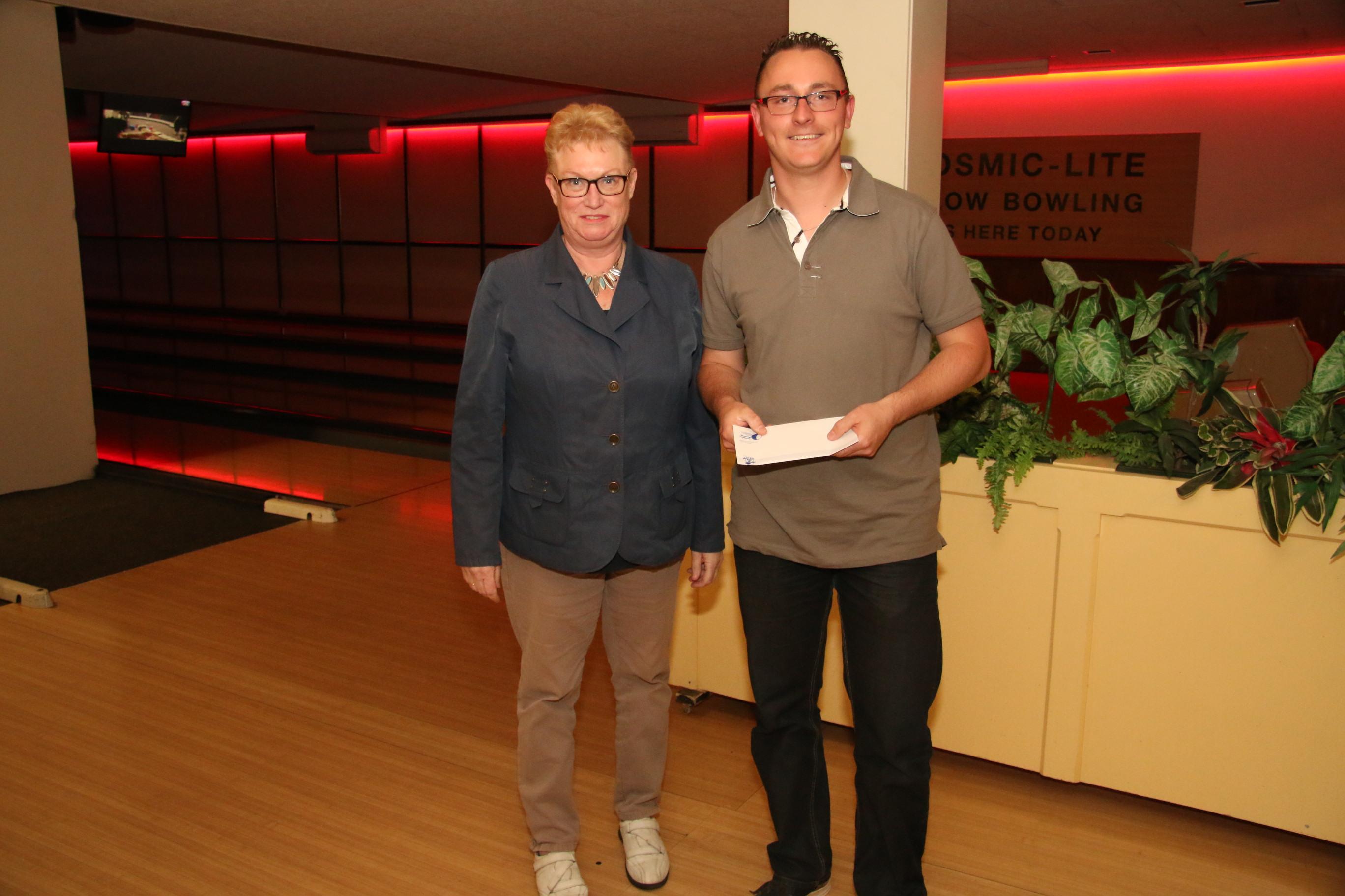 http://www.bowlingverenigingheiloo.nl/fotos_verhalen/foto's/2014_0520-Huisleaguestijgprijs2013-2014-JoopKampen.jpg