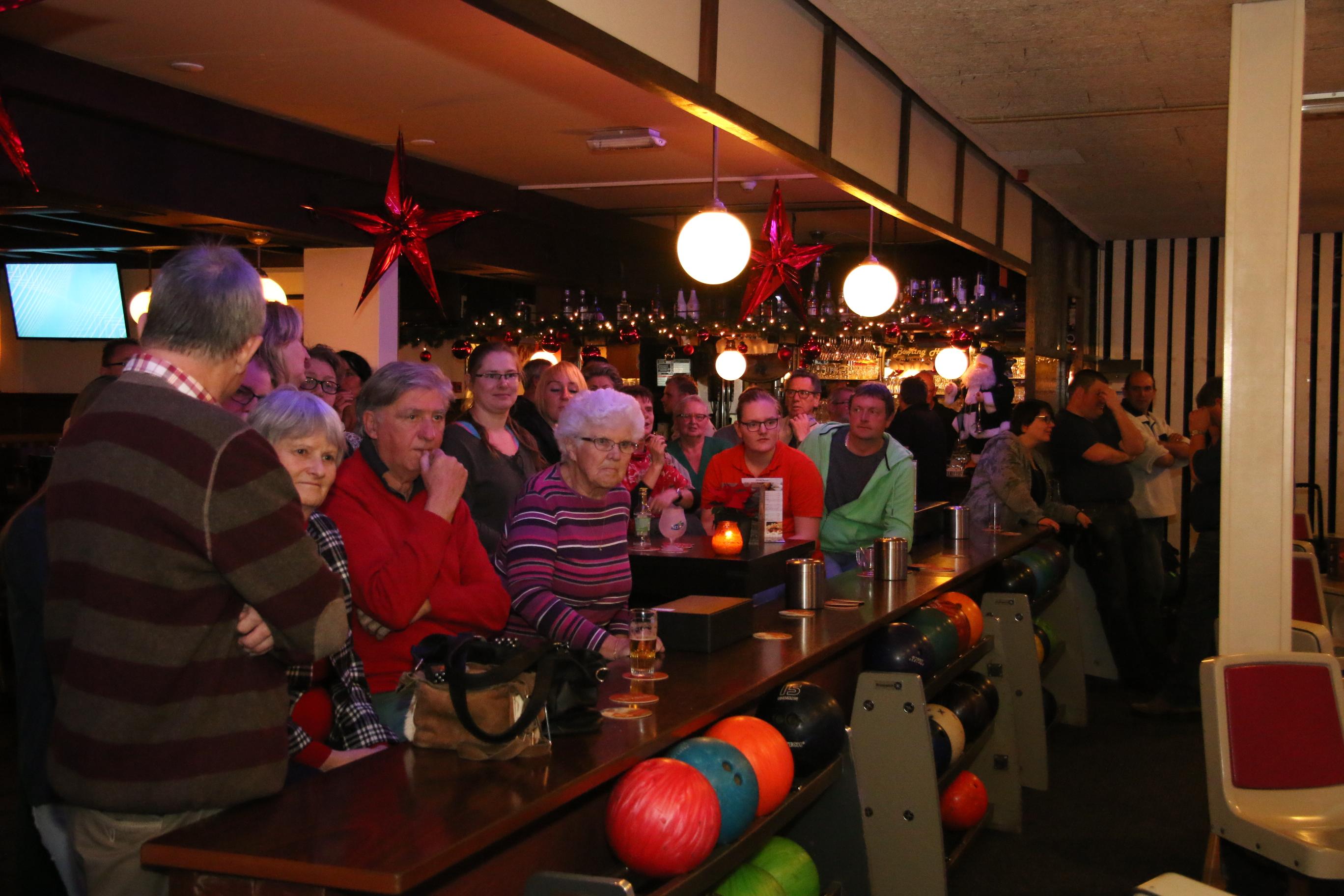 http://www.bowlingverenigingheiloo.nl/fotos_verhalen/foto's/2016_1222-Kerst-Publiek.jpg