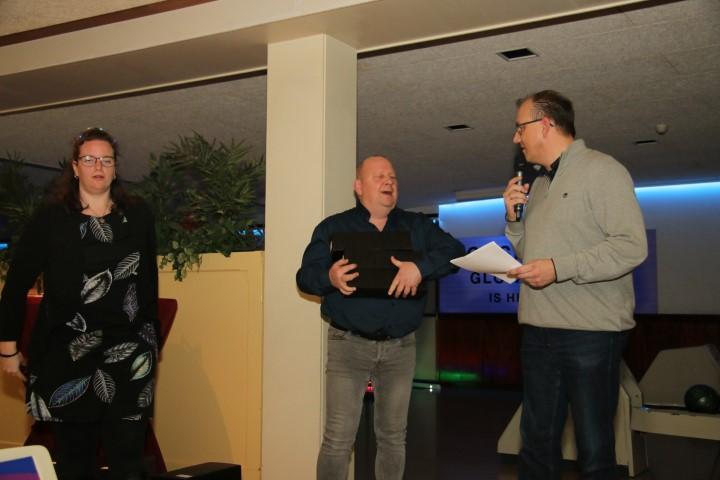 http://www.bowlingverenigingheiloo.nl/fotos_verhalen/foto's/2019_1219-Kerst-De voorzitter a.i. reikt de prijzen uit.jpg