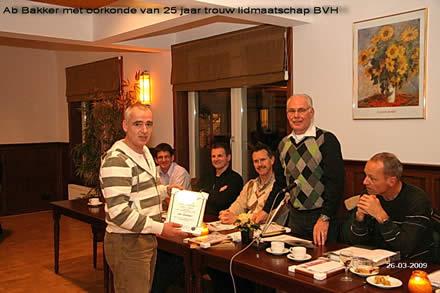 http://www.bowlingverenigingheiloo.nl/fotos_verhalen/foto's/ALV2009/2009_0326-AbBakkerontvangtoorkonde25jaarBVHlidmaatschap.jpg