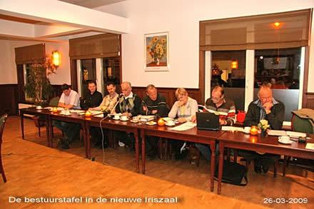 http://www.bowlingverenigingheiloo.nl/fotos_verhalen/foto's/ALV2009/2009_0326-DebestuurstafelindenieuweIriszaal.jpg