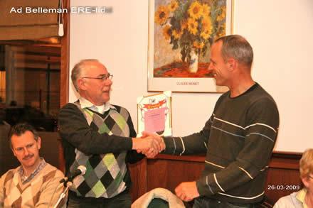 http://www.bowlingverenigingheiloo.nl/fotos_verhalen/foto's/ALV2009/2009_0326-ErelidBVHAdBelleman.jpg
