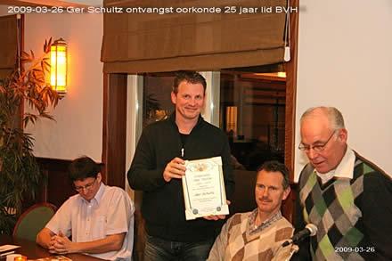 http://www.bowlingverenigingheiloo.nl/fotos_verhalen/foto's/ALV2009/2009_0326-GerSchultzontvangtoorkondealsruim25jaarBVHlid.jpg