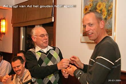 http://www.bowlingverenigingheiloo.nl/fotos_verhalen/foto's/ALV2009/2009_0326-GoudenspeldvoorAdBelleman.jpg