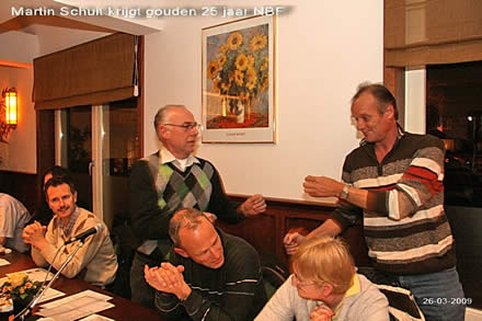 http://www.bowlingverenigingheiloo.nl/fotos_verhalen/foto's/ALV2009/2009_0326-MartinSchuitontvangt25jaarNBFlidspeld.jpg