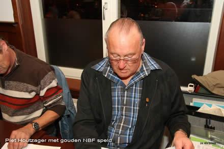 http://www.bowlingverenigingheiloo.nl/fotos_verhalen/foto's/ALV2009/2009_0326-PietHoutzagermetgoudenNBFspeld.jpg