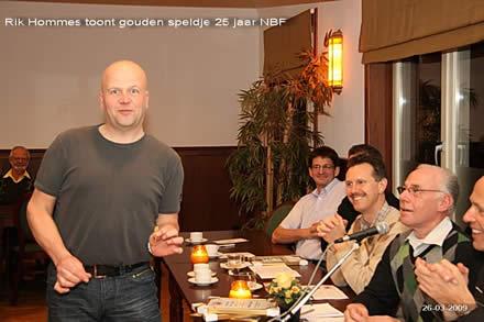 http://www.bowlingverenigingheiloo.nl/fotos_verhalen/foto's/ALV2009/2009_0326-RikHommestoontgoudenspeldje25jaarNBF.jpg