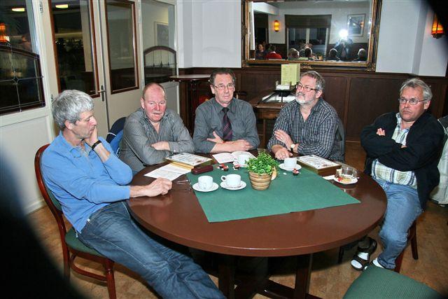 http://www.bowlingverenigingheiloo.nl/fotos_verhalen/foto's/ALV2011/2011_0324-5-ALV-ZAAL.jpg