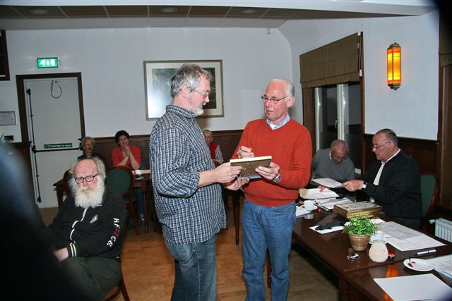 http://www.bowlingverenigingheiloo.nl/fotos_verhalen/foto's/ALV2011/2011_0324-ALV-25j-en-goudenNBFspeld-Ron-Pluijmers.jpg