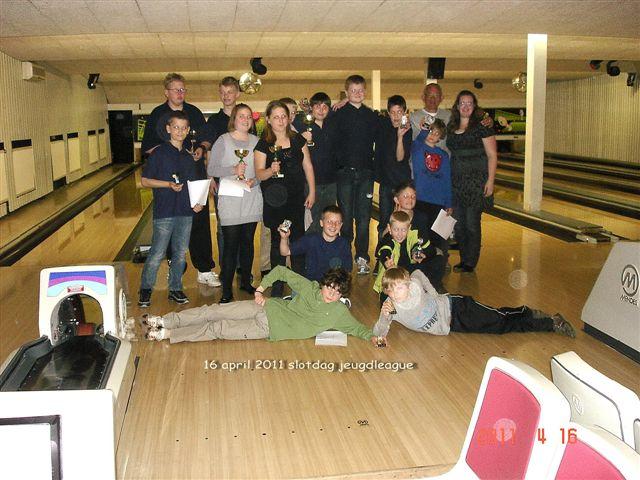 http://www.bowlingverenigingheiloo.nl/fotos_verhalen/foto's/Slotdag-Jeugd-2011/2011_0416-Jeugdbowlers.jpg