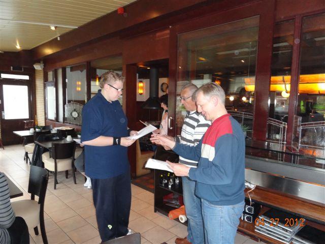 http://www.bowlingverenigingheiloo.nl/fotos_verhalen/foto's/Slotdag-Jeugd-2012/2012_0427-Dave Ranzijn ontvangt zijn prijs.jpg