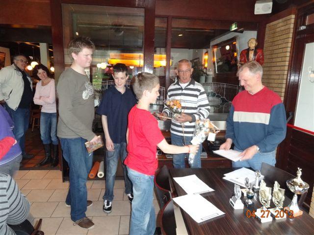 http://www.bowlingverenigingheiloo.nl/fotos_verhalen/foto's/Slotdag-Jeugd-2012/2012_0427-Joery Zoon en Vincent Lampe  overhandigen  namens de jeugd presentjes voor Jan Buitenhuis en Rik Nap.jpg