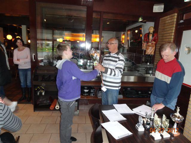 http://www.bowlingverenigingheiloo.nl/fotos_verhalen/foto's/Slotdag-Jeugd-2012/2012_0427-Tony van Son bedankt namens de jeugd Jan Buitenhuis.jpg