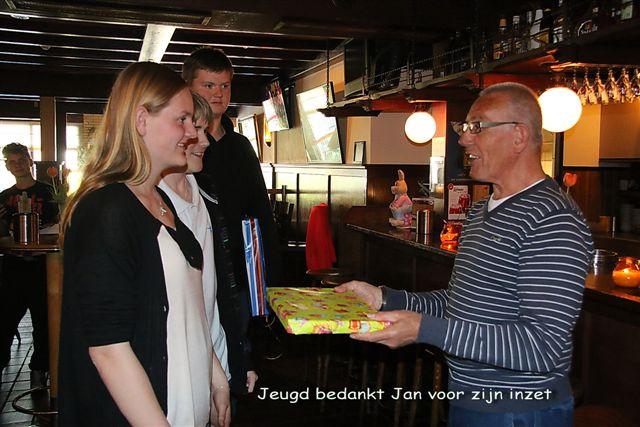 http://www.bowlingverenigingheiloo.nl/fotos_verhalen/foto's/Slotdag-Jeugd-2014/2014_0422-10-Jeugd bedankt Jan voor zijn inzet.jpg