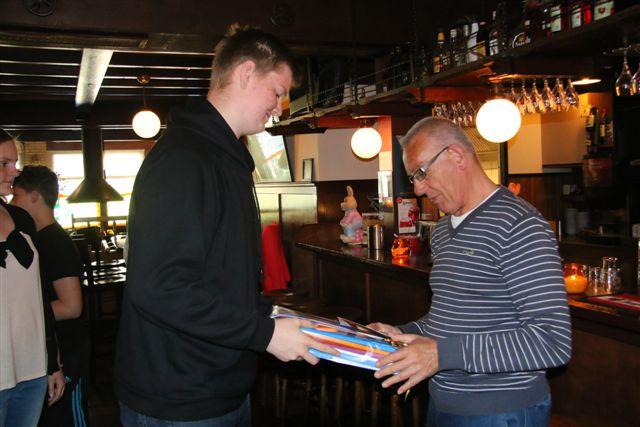 http://www.bowlingverenigingheiloo.nl/fotos_verhalen/foto's/Slotdag-Jeugd-2014/2014_0422-11-Met ook wat te drinken.jpg