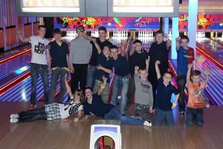 http://www.bowlingverenigingheiloo.nl/fotos_verhalen/foto's/discobowlen2009/2009_0331-UitgalatenjeugdvanHeiloo.jpg