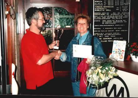 http://www.bowlingverenigingheiloo.nl/wall_of_fame/foto's/2002_0000-DeBickerijprijs2001-2002-BetsyKoeten.jpg