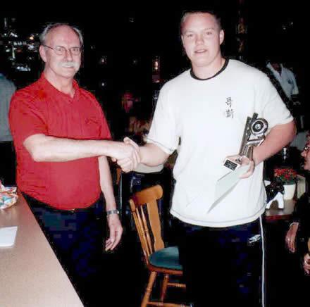 http://www.bowlingverenigingheiloo.nl/wall_of_fame/foto's/2003_0000-DeBickerijprijs2002-2003-PeterPirovano.jpg