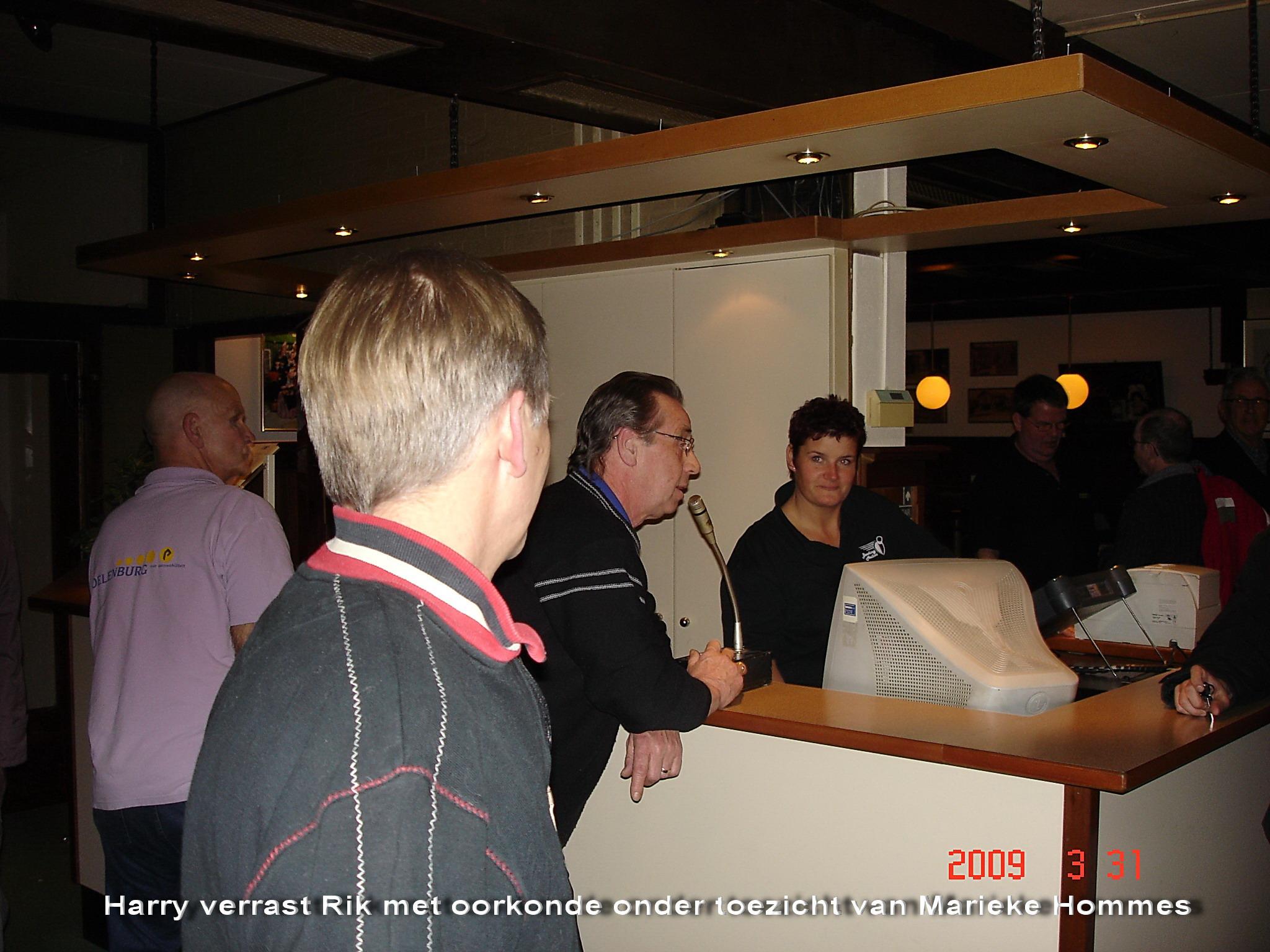http://www.bowlingverenigingheiloo.nl/wall_of_fame/foto's/2009_0331-NBF-Oorkonde(299game)HarryGrootverrastRikNap.jpg
